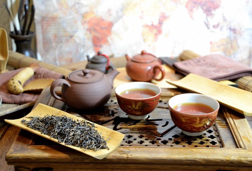 Schwarzer Tee der Sommerpflückung im Latumoni-Teegarten, Assam, Indien