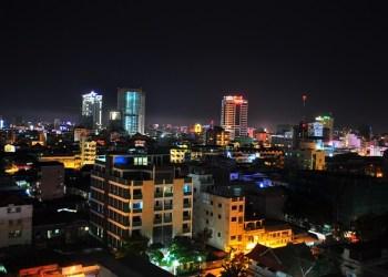 Vue de nuit sur les toits de Phnom Penh, la capitale du Cambodge
