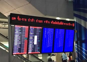 Plusieurs écrans d'information de l'aéroport Suvarnabhumi de Bangkok affichent des écrans bleus d'erreur, comme sur cette photo prise dimanche soir