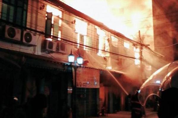 Dans la nuit de dimanche à lundi un incendie a détruit 13 maisons dans un quartier historique de Bangkok (Photo : JS 100)