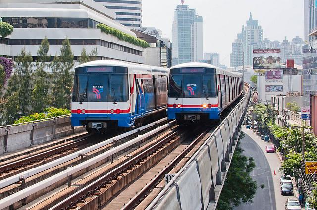 Deux rames du métro aérien BTS se croisent à la station Nana de Bangkok