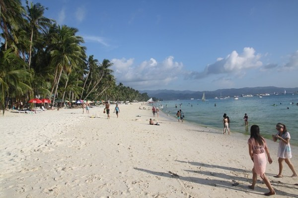 Vue sur une plage de Boracay, aux Philippines. Le président Rodrigo Duterte ordonné la fermeture totale de l'île au public pendant six mois pour résoudre les problèmes environnementaux.