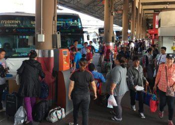 """Songkran : """"l'exode"""" débute dans les gares routières"""