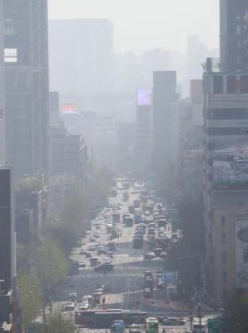 Le 11 avril 2018, le centre-ville de Séoul a été enveloppé de brume, la capitale sud-coréenne étant frappée par des particules fines et du sable jaune provenant de Chine