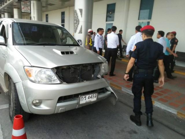 Une conductrice a percuté un agent de sécurité de l'aéroport de Chiang Mai avec son véhicule, après une contravention de stationnement