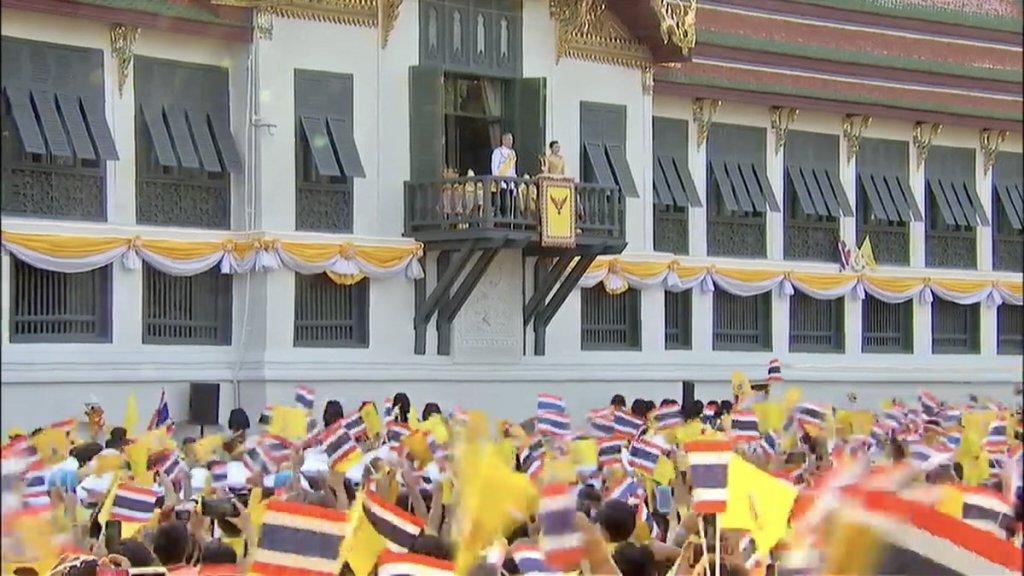 Thaïlande : le Roi et la Reine remercient la population depuis le balcon du Grand Palais