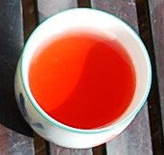 Jin Xuan Black Pearls / Roselle Hibiscus insfusion: red in the cup