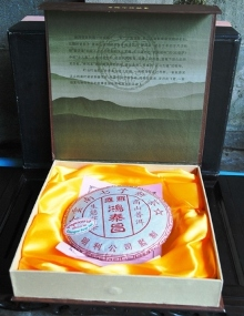 Chinese / Thai writing with Doi Wawee shu Pu Erh tea packaging