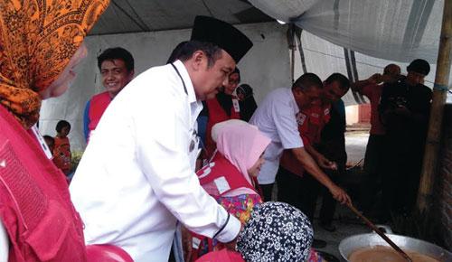 PMI Bukittinggi dan Warga Galuang Masak 1 Ton Rendang untuk Lombok