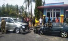 Nahas, Minibus Merk Kijang dan Minibus Sedan Civic Adu Kambiang Depan Mapolres Pariaman