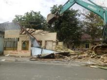 Tingkatkan Pelayanan, PT KAI Lakukan Penertiban 8 Unit Bangunan di Pariaman