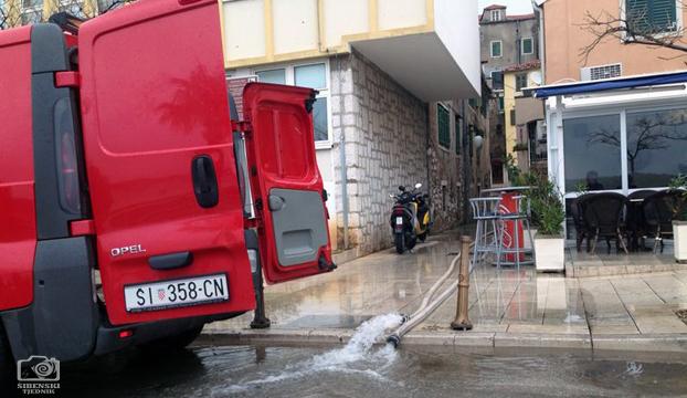 poplava-vatrogasci-riva