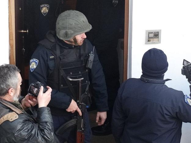 zivizid_fejs_policija_puska
