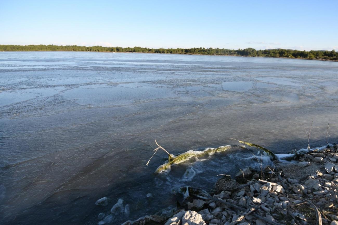 Zablaće: Zbog niskih temperetura i jake bure zamrznu se površinski sloj mora