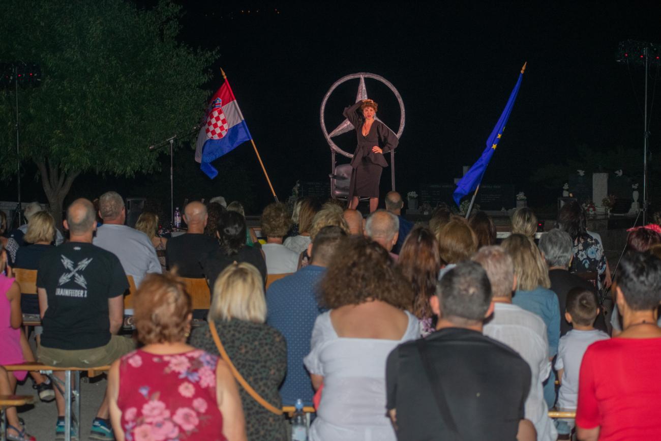 Ecija Ojdanic i predstava Vla vla vlajland cabaret_1