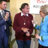 Evelyn Hecht-Galinski spendet das Preisgeld von 196 Euro an Walter Herrmann, Initiator der Kölner Klagemauer für Frieden und Menschenrecht