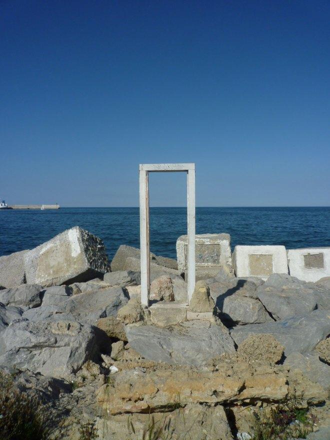 Une porte sur la mer dans le port de Palerme