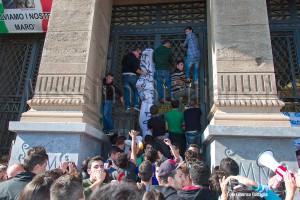 Gli studenti emulano il manifestante No Ponte
