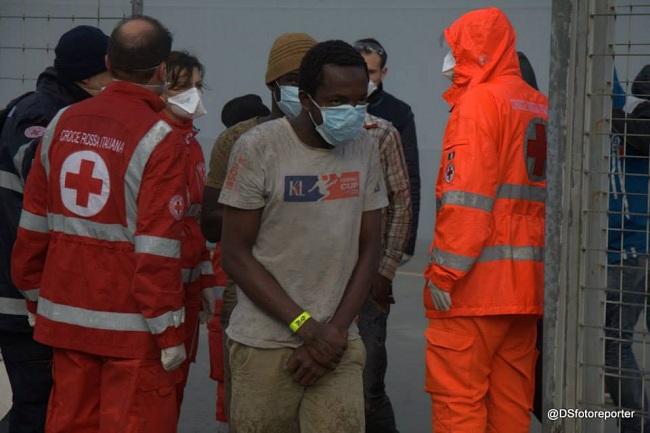 Sbarco profughi 26-12-2014 f (Sturiale)
