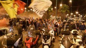 I tifosi fuori dallo stadio (foto Antonio Maimone)