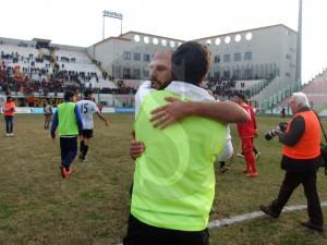 Di Napoli e Tavares si abbracciano dopo la partita (Foto Antonio Maimone)