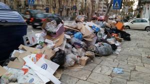 Via Garibaldi 30-1-2016 cassonetti, rifiuti c