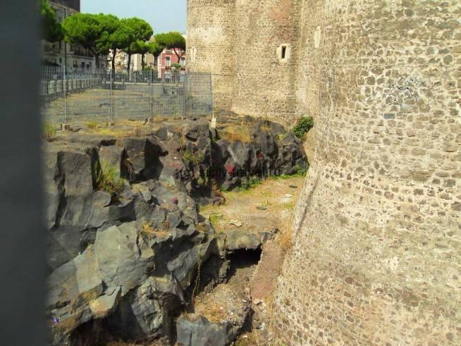 Замок Урсино в Катании и лава
