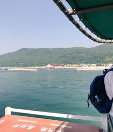 途中、女木島の横を通り過ぎる