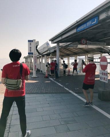 高松港では赤Tシャツのスタッフさんたちが待っていた