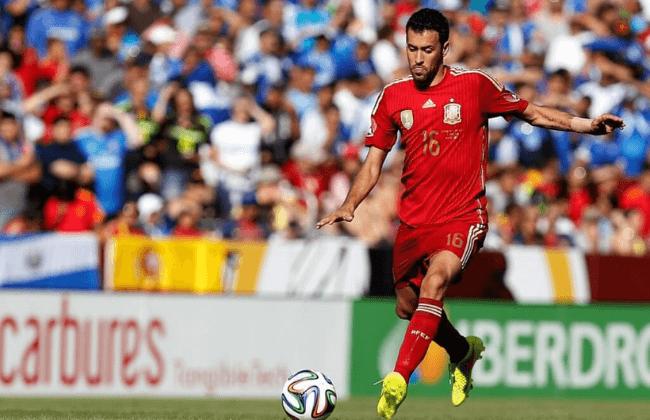 Jun 7, 2014; Landover, MD, USA; Spain midfielder Sergio Busquets (16) kicks the ball against El Salvador at FedEx Field. Mandatory Credit: Geoff Burke-USA TODAY Sports