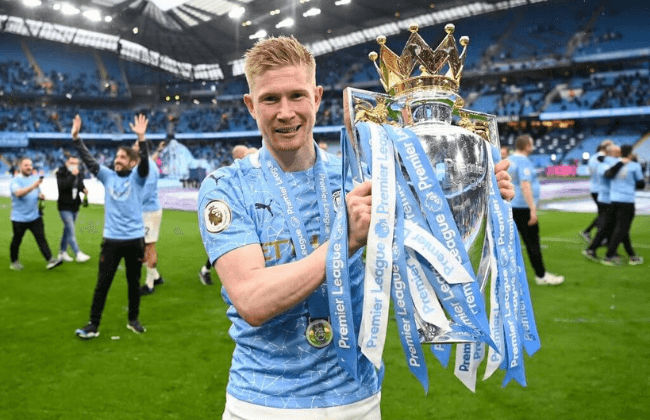 MANCHESTER, ENGLAND - MAY 23: Kevin De Bruyne of Manchester City celebrates with the Premier League Trophy as Manchester City are presented with the Trophy as they win the league following the Premier League match between Manchester City and Everton at Etihad Stadium on May 23, 2021 in Manchester, England. A limited number of fans will be allowed into Premier League stadiums as Coronavirus restrictions begin to ease in the UK.