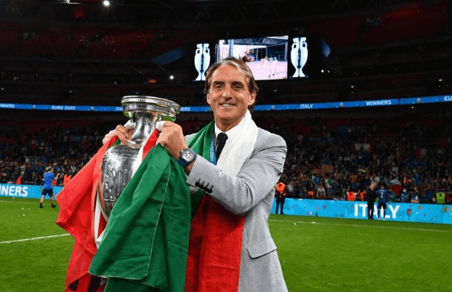 LONDON, ENGLAND - JULY 11: Roberto Mancini, Head Coach of Italy celebrates with The Henri Delaunay Trophy following his team's victory in the UEFA Euro 2020 Championship Final between Italy and England at Wembley Stadium on July 11, 2021 in London, England. (Photo by Claudio Villa/Getty Images)