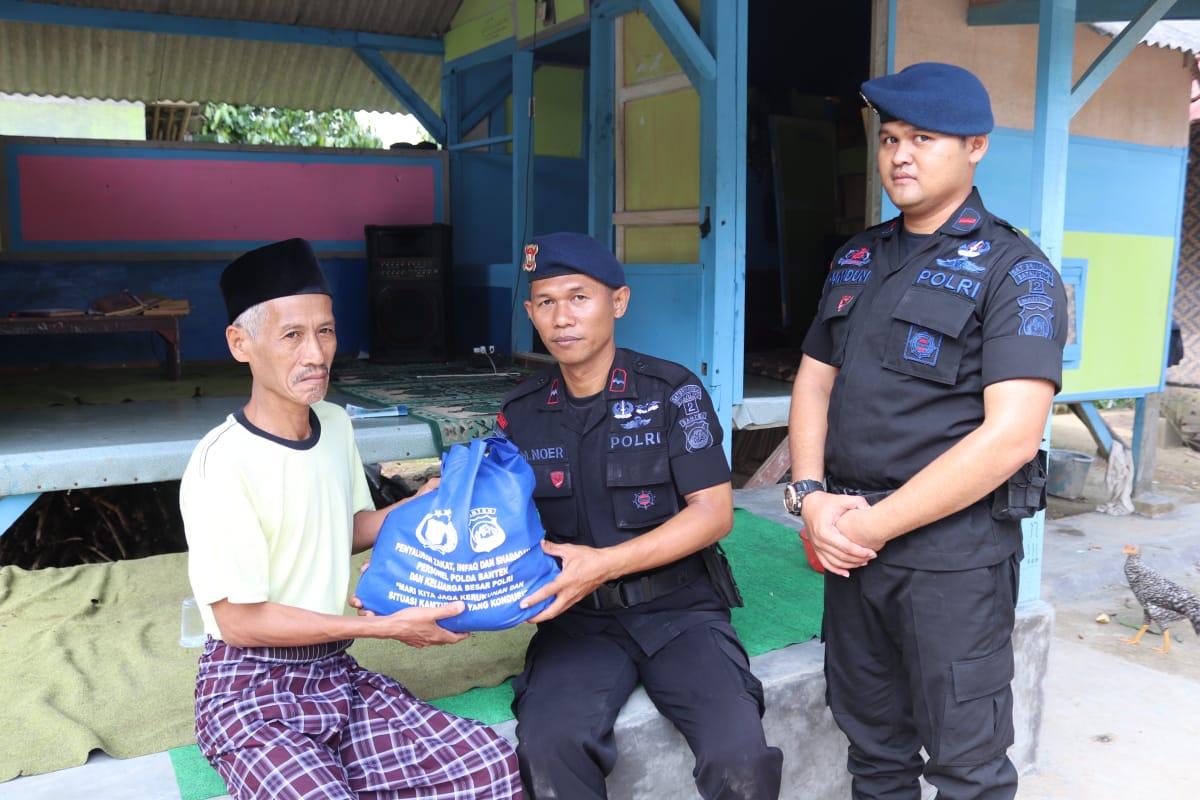 Brimobda Banten bagikan Sembako kepada Warga Kurang Mampu