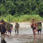 Masyarakat Kampung Pitewi Bantu Pendorongan Logistik Satgas Yonif 413 Bremoro