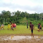 Anggota Satgas TMMD Kodim 1711 Main Bola Bersama Anak-Anak Kampung Kakuna