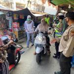 Polres Kukar Terapkan Disiplin Protokol Kesehatan Di Pasar Tangga Arung