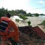 BASARNAS Turunkan Personil Rescue Evakuasi Warga Banjir Akibat Tanggul Citarum Yang Jebol