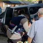 Polisi Peduli, Bhabinkamtibmas Palmerah Bopong Lansia Yang Sedang Sakit