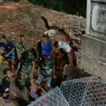 Perbaikan Jembatan Woro, Satgas Zeni TNI AD Lembur Hingga Malam