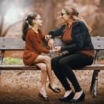 madre e figlio minore che parlano sedute sulla panchina