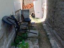 Cadeiras-sem-uso-jogadas-nos-fundos-do-posto-de-saúde