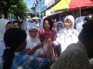 Ny Okke Hatta Rajasa saat menyapa pedagang Pasar Larangan, Sidoarjo