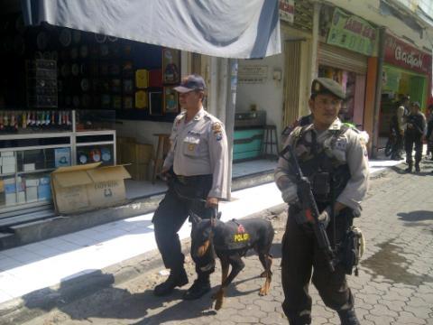 Petugas membawa anjing pelacak mengamankan kawasan pertokoan di Jalan Gajahmada