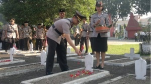 Kapolres Sidoarjo AKBP Marjuki saat tabur bunga.