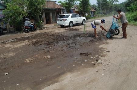 Jalan Raya Bulang, Prambon yang beberapa waktu lalu rusak karena sering dilewati kendaraan berat
