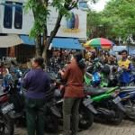 parkir berlangganan: Area parkir berlangganan di Pasar Larangan ternyata masih ada saja pungutan liar