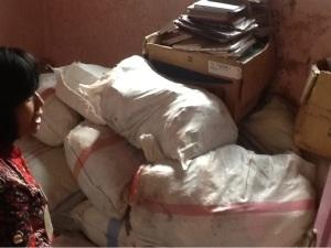 Petugas sedang melihat arsip dari RSUD Sidoarjo yang disimpan di kantor arsip, namun hanya dibungkus karung seperti barang bekas.