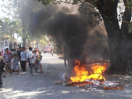 Ban bekas yang dibakar PKL sebagai bentuk perlawanan atas penggusuran.