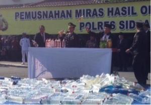 Ribuan botol miras yang dimusnahkan Polres Sidoarjo dalam rangka HUT Bhayangkara 68 di Mapolres Sidoarjo