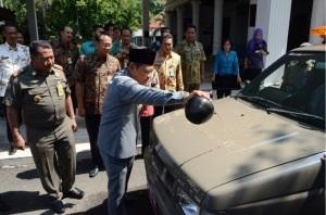 Bupati Sidoarjo Saiful Ilah saat menyerahkan secara simbolis kendaraan operasional Satpol PP kecamatan